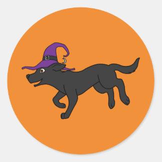 Labrador retriever negro con el gorra de la bruja pegatina redonda