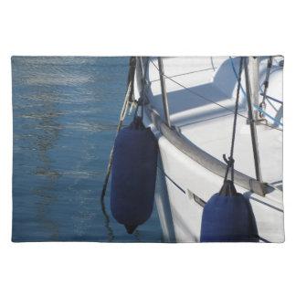 Lado izquierdo del barco de navegación con dos salvamanteles