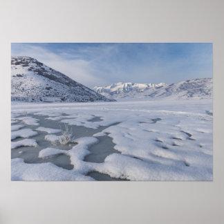 Lago congelado con el fondo de la montaña póster