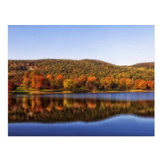 Lago en otoño postal