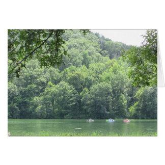 Lago hermoso y tarjeta en blanco de la foto de los