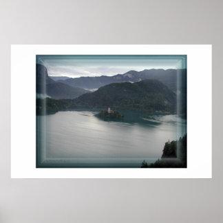 Lago sangrado, visión desde arriba con el castillo póster