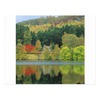 Lago tranquilo de las aguas del otoño de Eileen Postal