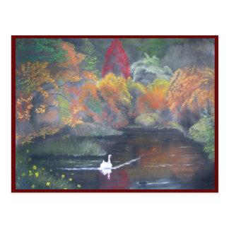 Laguna perdida en otoño con el cisne y los Grebes. Postal