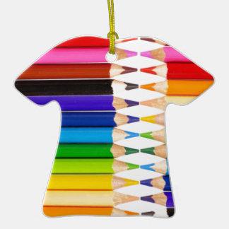 lápices coloreados adorno de cerámica en forma de camiseta