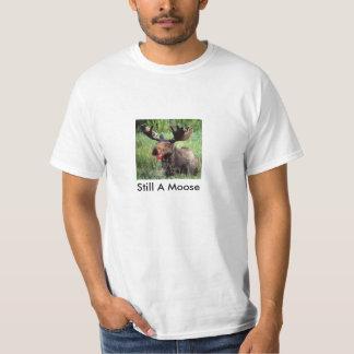 Lápiz labial en un alce camisetas