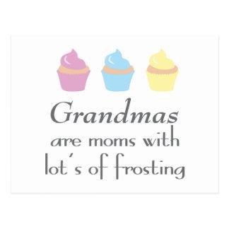 Las abuelas son mamáes con las porciones de helar postal