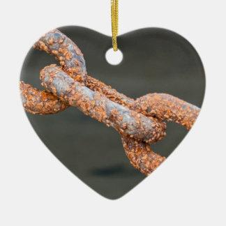 Las alambradas pesadas aherrumbraron las cadenas adorno navideño de cerámica en forma de corazón