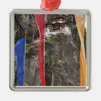 Las banderas del rezo cuelgan cerca de Taktshang Ornato