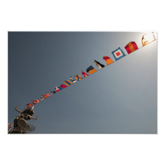 Las banderas vuelan sobre la cubierta de USS Iwo Fotografias