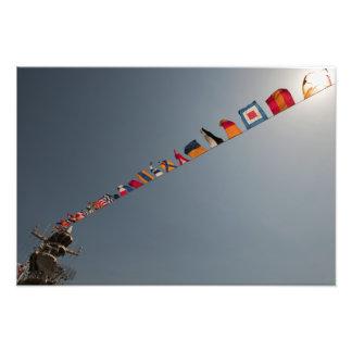 Las banderas vuelan sobre la cubierta de USS Iwo J Impresión Fotográfica