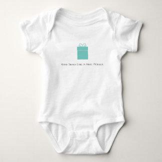 Las buenas cosas vienen en mono del bebé de los body para bebé
