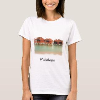 Las casas de planta baja de la playa de la isla de camiseta