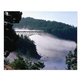 Las derivas de la niebla bajo engaño pasan el puen impresión fotográfica
