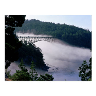 Las derivas de la niebla bajo engaño pasan el puen tarjeta postal