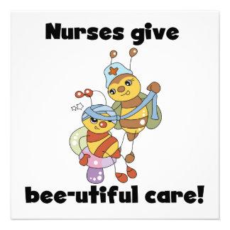 Las enfermeras dan las camisetas y los regalos del invitación personalizada
