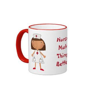 Las enfermeras hacen cosas mejores taza a dos colores