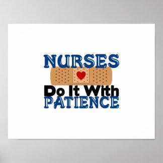 Las enfermeras lo hacen con paciencia póster