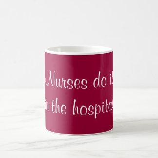 Las enfermeras lo hacen taza básica blanca