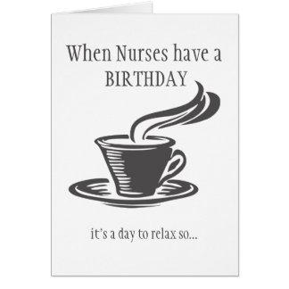 Las enfermeras relajan cumpleaños envían el café tarjeta de felicitación