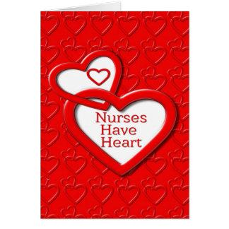 Las enfermeras tienen corazones del rojo del tarjeta