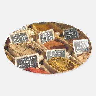 Las especias coloridas en yute empaquetan en el pegatina ovalada