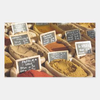Las especias coloridas en yute empaquetan en el pegatina rectangular