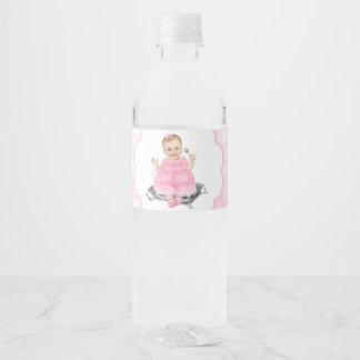 Las etiquetas rosadas de la botella de agua de la