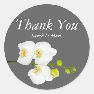 Las flores blancas de la orquídea y el boda gris pegatina redonda