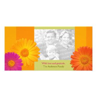 Las flores coloridas de la margarita tarjeta