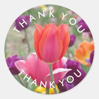 Las flores de los tulipanes de la primavera le pegatina redonda