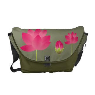Las flores de loto rosadas rojas florecen verde de bolsa de mensajeria