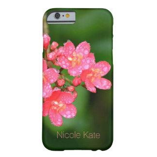 Las flores rosadas con agua caen el monograma funda barely there iPhone 6