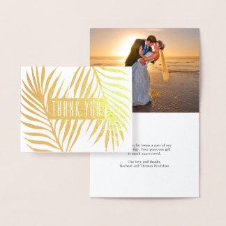 Las frondas tropicales de la palma que casan la tarjeta con relieve metalizado