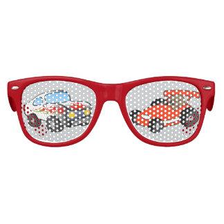 Las gafas de sol del niño del coche de carreras