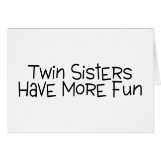 Las hermanas gemelas se divierten más felicitacion
