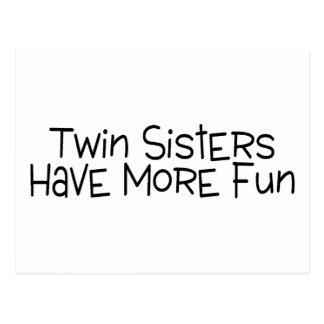 Las hermanas gemelas se divierten más tarjetas postales
