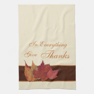 Las hojas de otoño dan la toalla de Kiitchen de la
