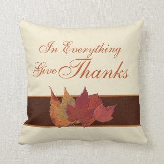 Las hojas de otoño enormes dan la almohada de las