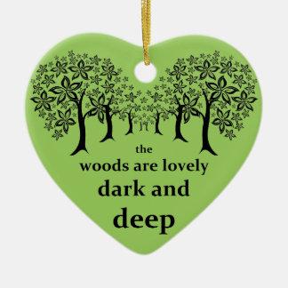 Las maderas son preciosas, oscuras y profundamente adorno navideño de cerámica en forma de corazón