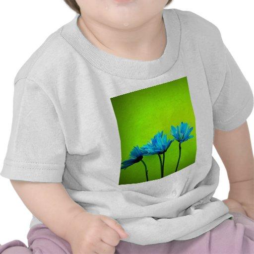 Las margaritas de la turquesa del trullo en verde  camiseta