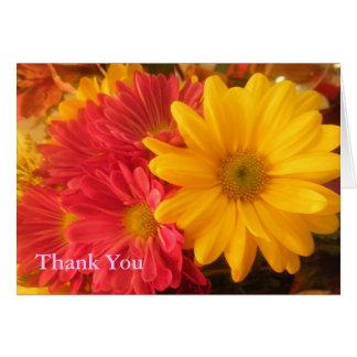 Las margaritas rosadas y amarillas le agradecen tarjeta de felicitación