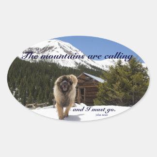Las montañas están llamando pegatina ovalada