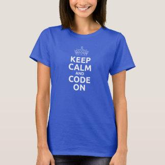 Las mujeres guardan calma y código en la camiseta