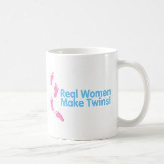 Las mujeres reales hacen a los gemelos (el rosa az taza básica blanca