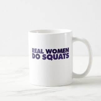 Las mujeres reales hacen las posiciones en cuclill taza básica blanca