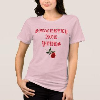 Las mujeres rosadas subió la camisa