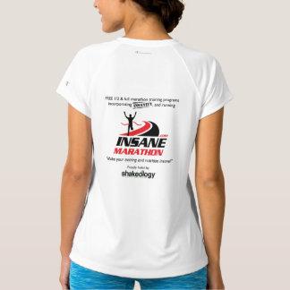Las mujeres secan la camisa corriente con cuello