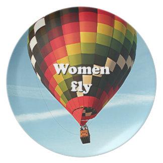 Las mujeres vuelan: globo del aire caliente plato