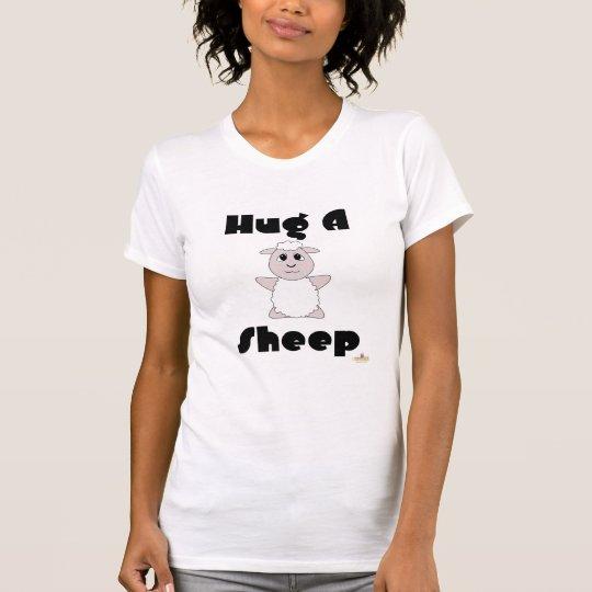 Las ovejas blancas Huggable abrazan una oveja Camiseta